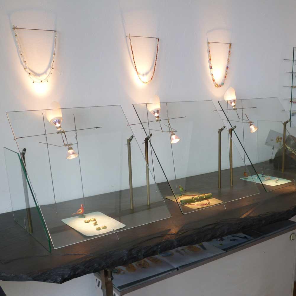 Innenansicht Ladengeschäft und traditionelle Goldschmiedewerkstatt APIS Schmuckatelier - Ringe, Ohrringe, Halsketten, Antiken und figürlichen Schmuck kaufen in München